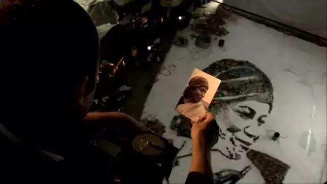 """他不仅用垃圾拼凑出世界名画,还改变了""""垃圾工""""的人生!插图13"""