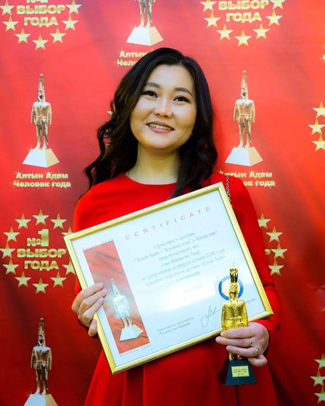 这位哈萨克斯坦美女,从小失聪,却能画出这世界上最美的色彩插图36