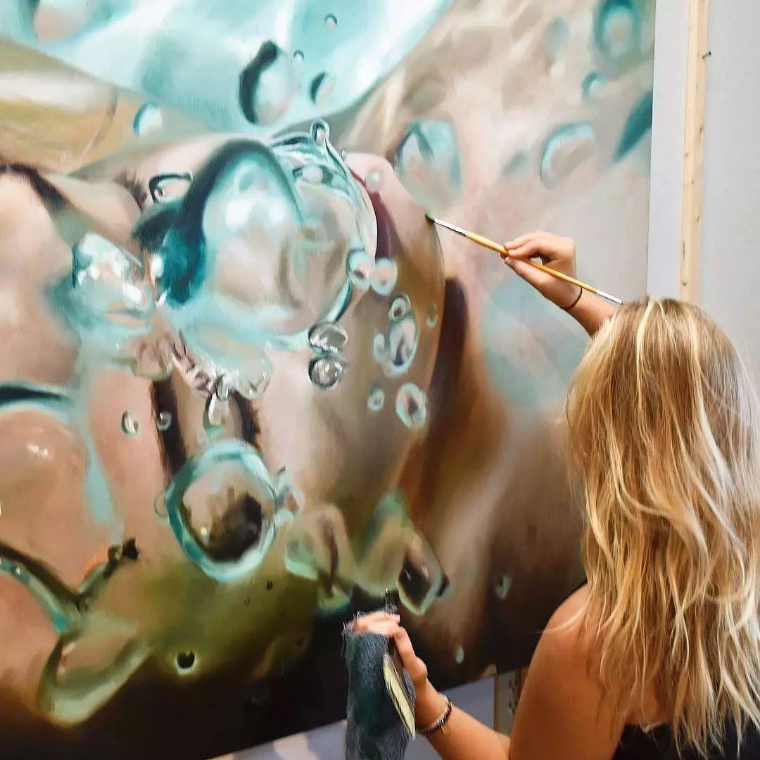 炎炎夏日90后美女画家,不拼颜值拼画功,绘出水下美女淋漓细节插图9