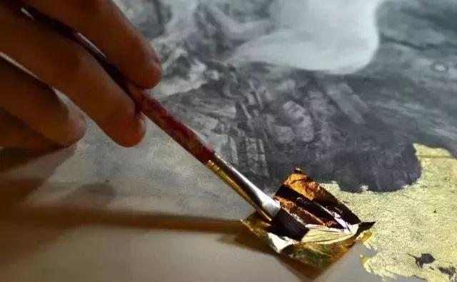 这是有钱人的操作!用石墨和金箔创作出史诗般画作插图3