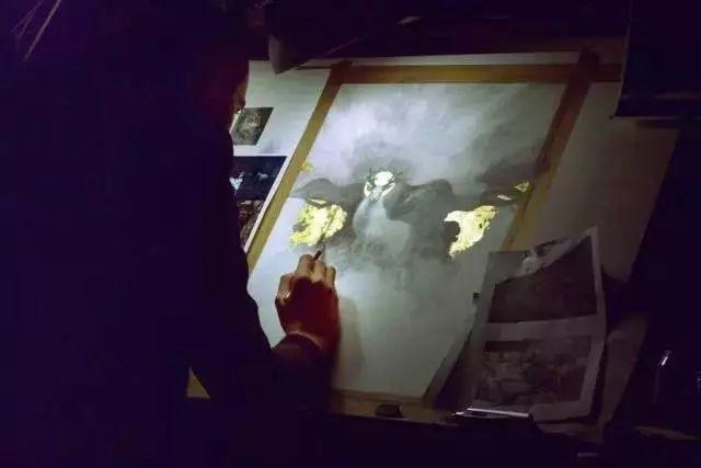 这是有钱人的操作!用石墨和金箔创作出史诗般画作插图19