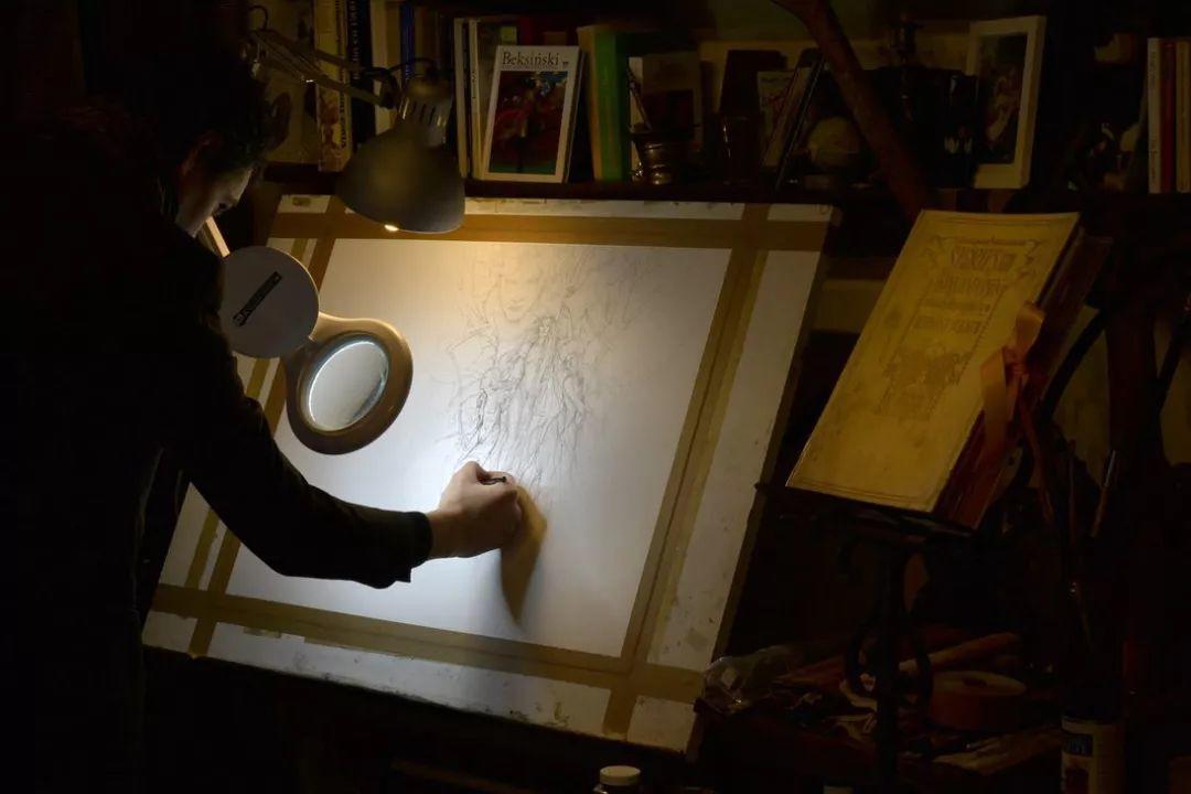 这是有钱人的操作!用石墨和金箔创作出史诗般画作插图21