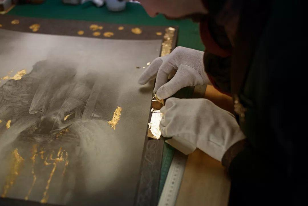 这是有钱人的操作!用石墨和金箔创作出史诗般画作插图31