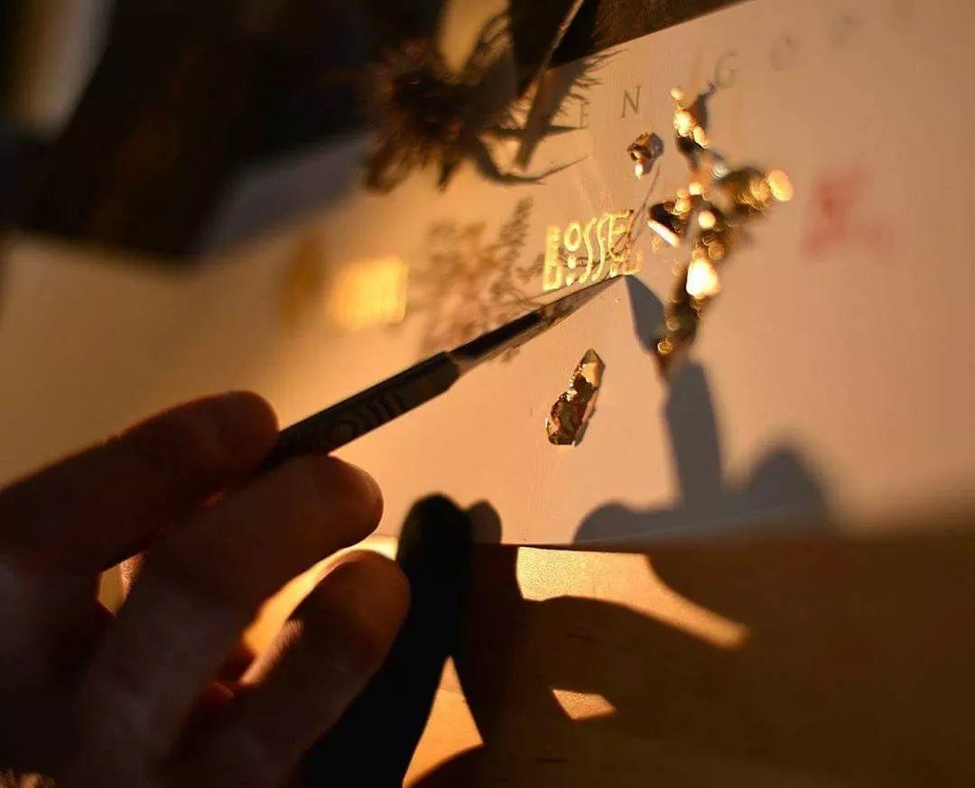 这是有钱人的操作!用石墨和金箔创作出史诗般画作插图33