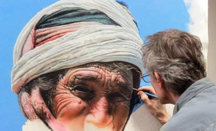 他自学油画,喜欢超现实,是位业余艺术家插图14