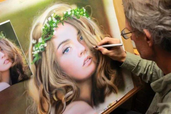 他自学油画,喜欢超现实,是位业余艺术家插图17
