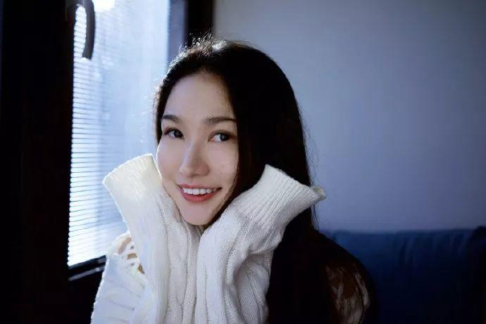 """她被媒界喻为""""荷画美人"""",亦被称为中国最年轻的女画家插图1"""