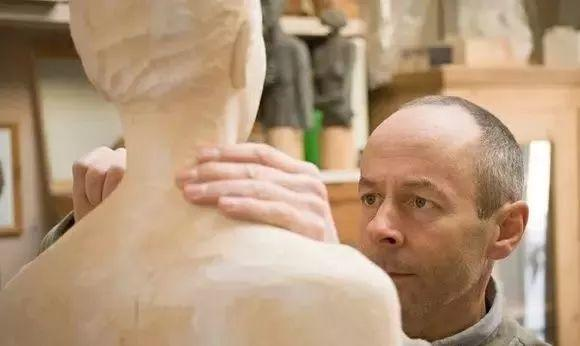 他硬把一桩桩木头弄成人体女神,惊艳世界,首次来中国就轰动美院插图1