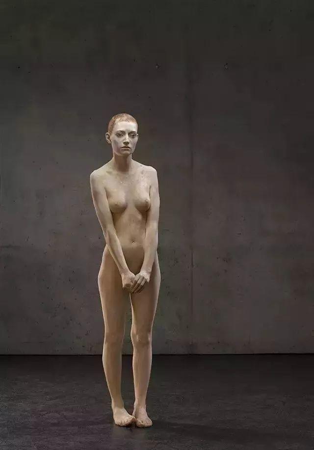 他硬把一桩桩木头弄成人体女神,惊艳世界,首次来中国就轰动美院插图3