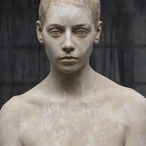 他硬把一桩桩木头弄成人体女神,惊艳世界,首次来中国就轰动美院插图8
