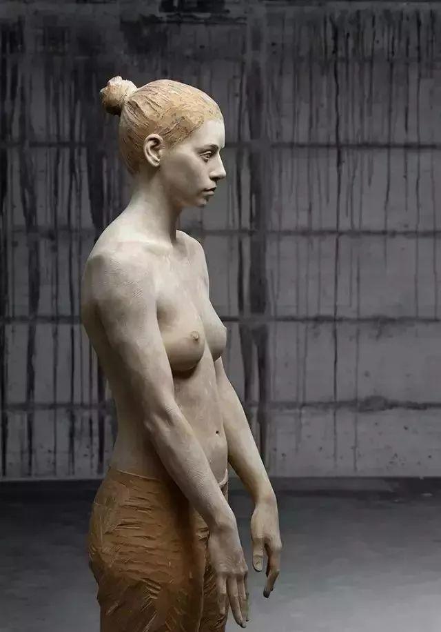 他硬把一桩桩木头弄成人体女神,惊艳世界,首次来中国就轰动美院插图19