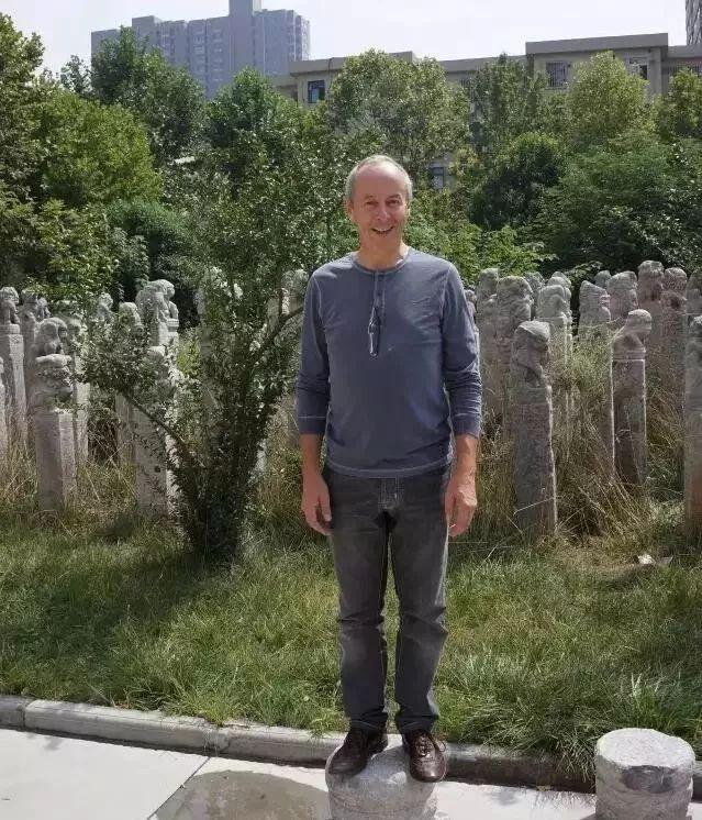 他硬把一桩桩木头弄成人体女神,惊艳世界,首次来中国就轰动美院插图35