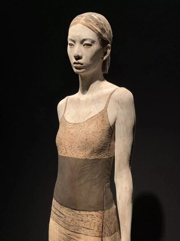 他硬把一桩桩木头弄成人体女神,惊艳世界,首次来中国就轰动美院插图37
