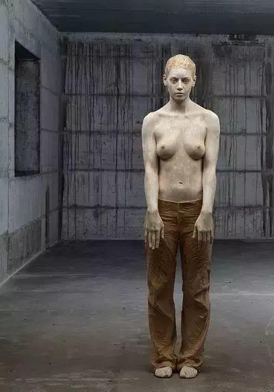 他硬把一桩桩木头弄成人体女神,惊艳世界,首次来中国就轰动美院插图39