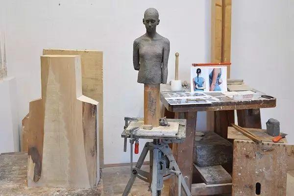 他硬把一桩桩木头弄成人体女神,惊艳世界,首次来中国就轰动美院插图45