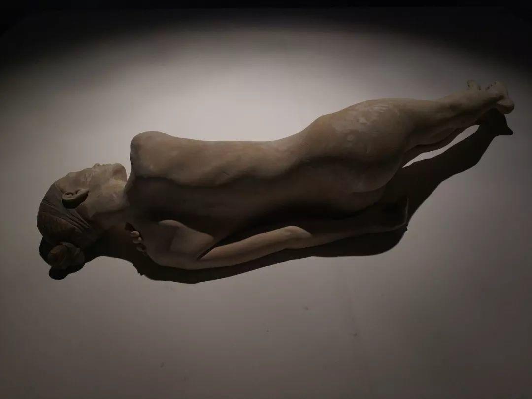 他硬把一桩桩木头弄成人体女神,惊艳世界,首次来中国就轰动美院插图56