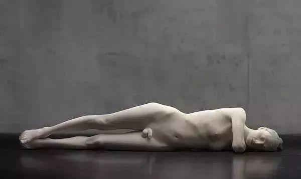 他硬把一桩桩木头弄成人体女神,惊艳世界,首次来中国就轰动美院插图59
