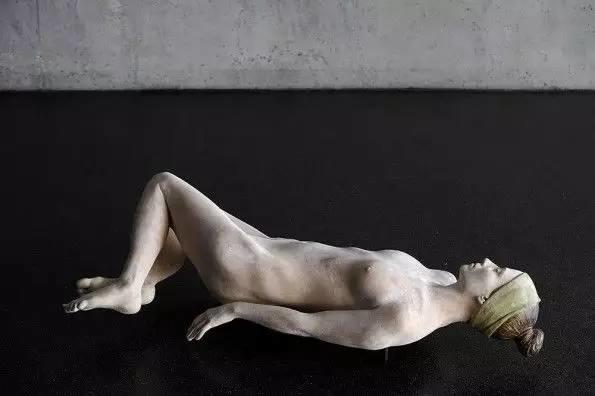 他硬把一桩桩木头弄成人体女神,惊艳世界,首次来中国就轰动美院插图61