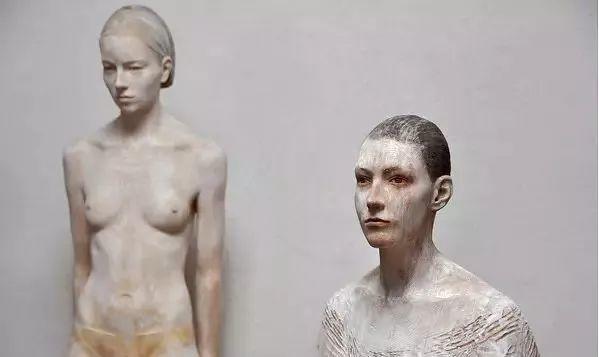 他硬把一桩桩木头弄成人体女神,惊艳世界,首次来中国就轰动美院插图67
