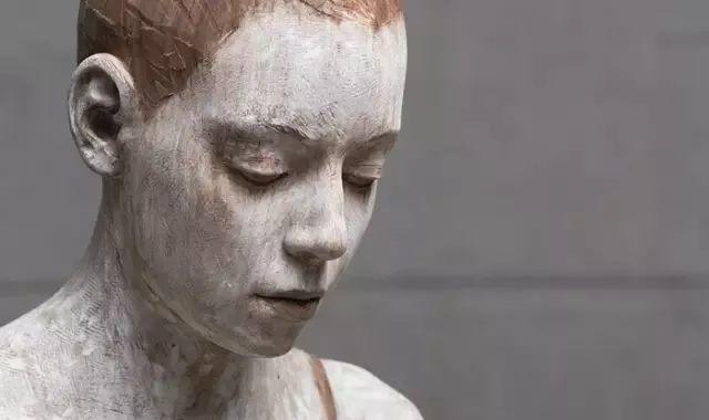 他硬把一桩桩木头弄成人体女神,惊艳世界,首次来中国就轰动美院插图69