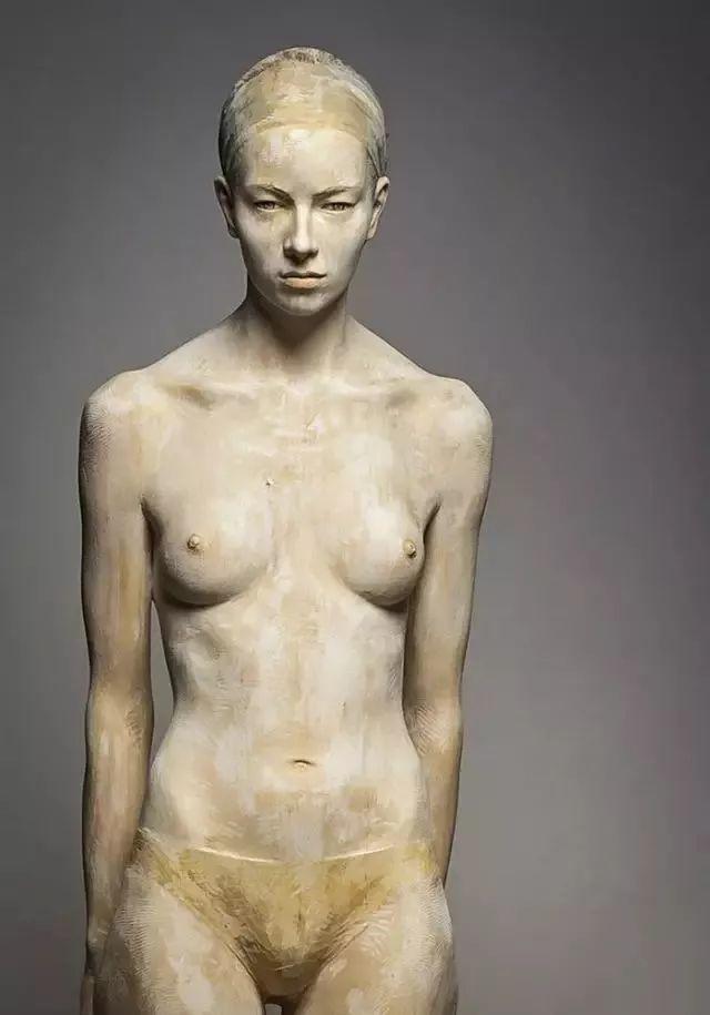 他硬把一桩桩木头弄成人体女神,惊艳世界,首次来中国就轰动美院插图71