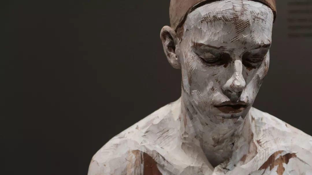 他硬把一桩桩木头弄成人体女神,惊艳世界,首次来中国就轰动美院插图74