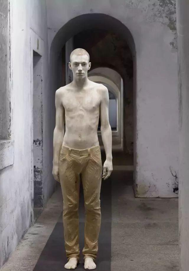 他硬把一桩桩木头弄成人体女神,惊艳世界,首次来中国就轰动美院插图98