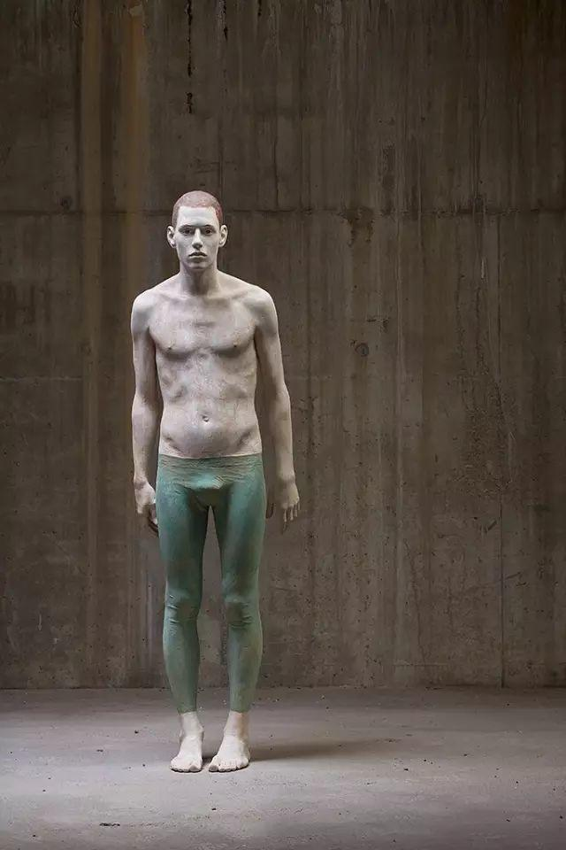 他硬把一桩桩木头弄成人体女神,惊艳世界,首次来中国就轰动美院插图99