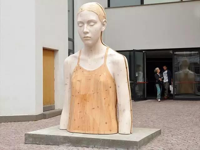 他硬把一桩桩木头弄成人体女神,惊艳世界,首次来中国就轰动美院插图135